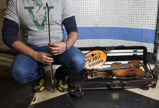 Alejandro, que prefiere no mostrar su rostro, junto a su violín
