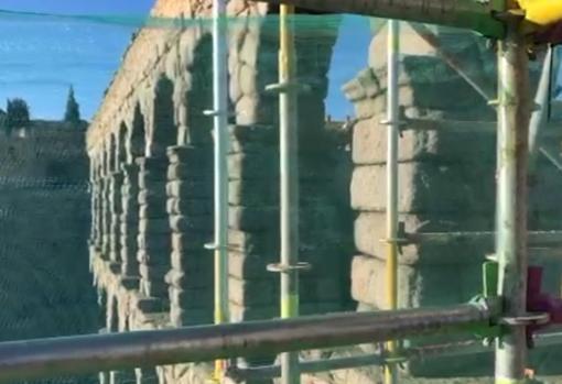 En lo alto del Acueducto se ha construido una plataforma para los trabajos
