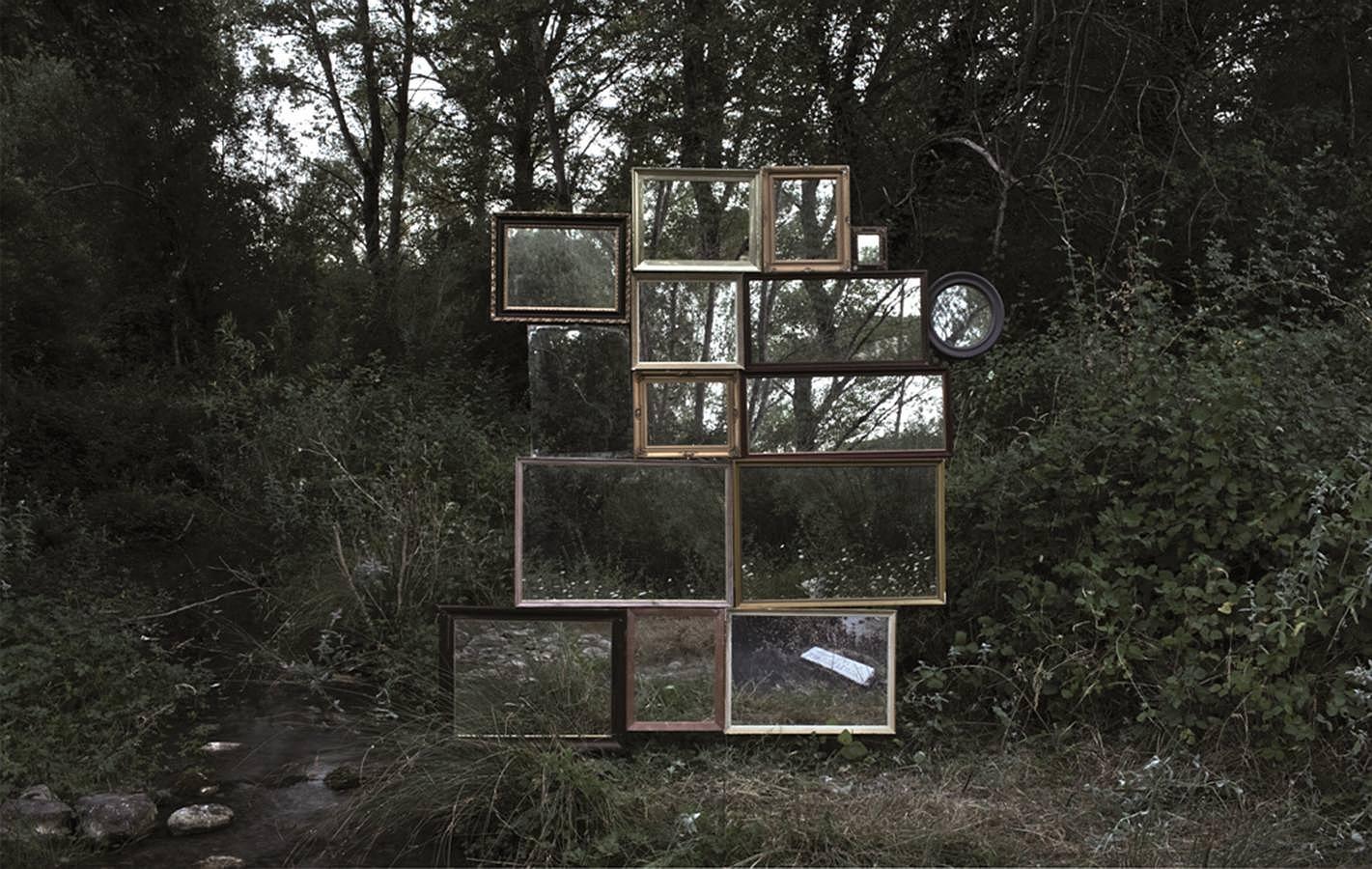 ALMALE&BONDÍA - «IN SITU». Se trata de una intervención en un espacio natural. La autora juega con la reflexividad de la fotografía