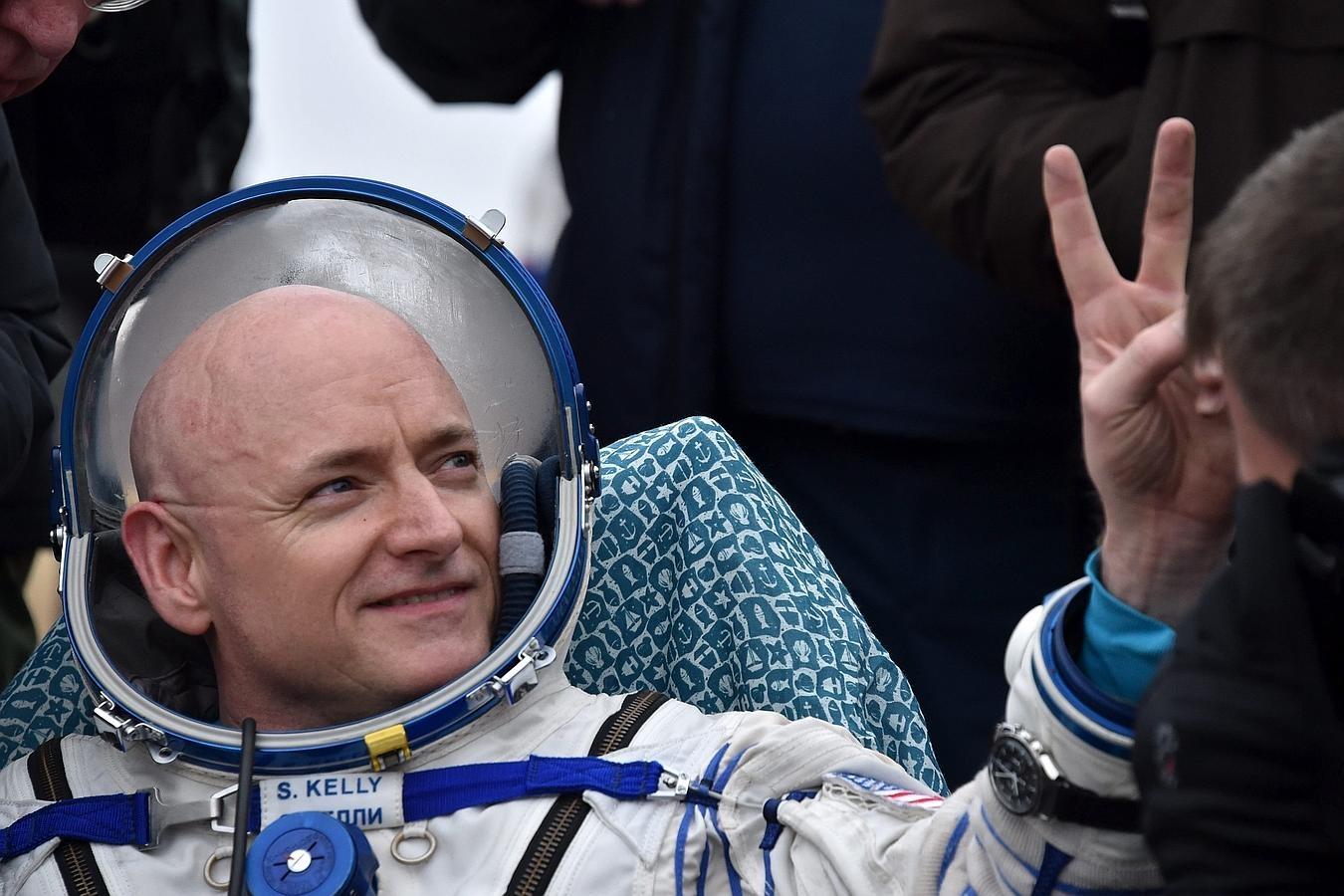 El astronauta Scott Kelly (NASA) gesticula después de aterrizar en las estepas de Kazajistán después de pasar un año en el espacio