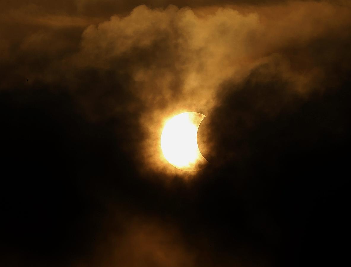 Vista del eclipse parcial de sol en Bangkok, Tailandia