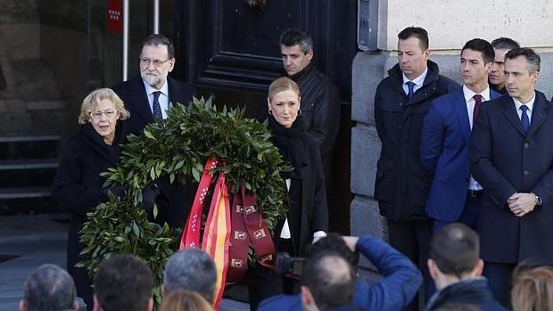 El presidente del Gobierno en funciones, Mariano Rajoy; la presidenta de la Comunidad de Madrid, Cristina Cifuentes; y la alcaldesa de Madrid, Manuela Carmena, depositan la corona de flores en la Puerta del Sol