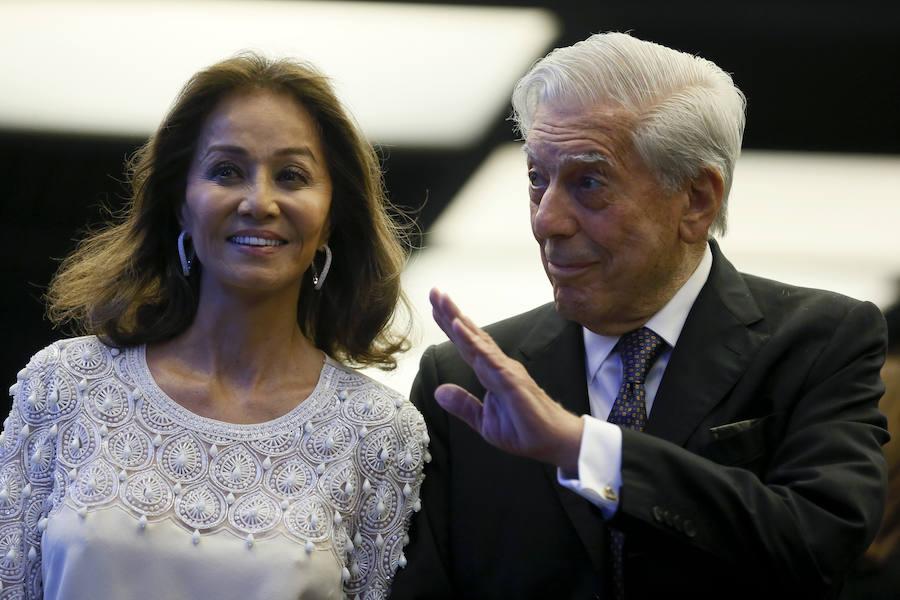 El escritor Mario Vargas Llosa y su pareja, Isabel Preysler a su llegada a la cena con la que el escritor peruano y Premio Nobel de Literatura celebra su 80 cumpleaños