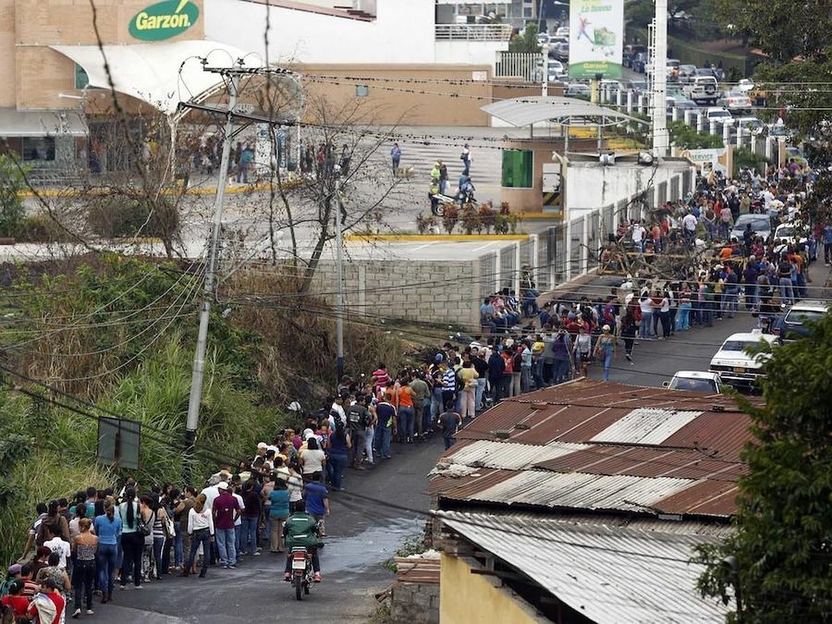 La población tiene que hacer colas durante horas para poder adquirir algunos de los productos de primera necesidad. Muchas veces cuando llegan, ya se han agotado