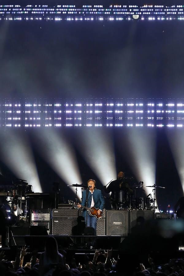 Paul McCartney bajo el juego de luces del escenario