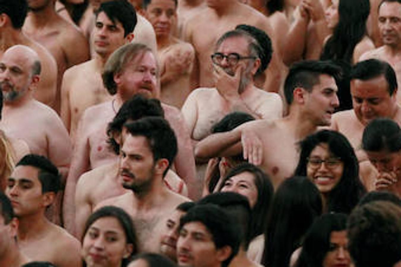 Tunick desnuda a una multitud en la plaza Bolívar de Bogotá