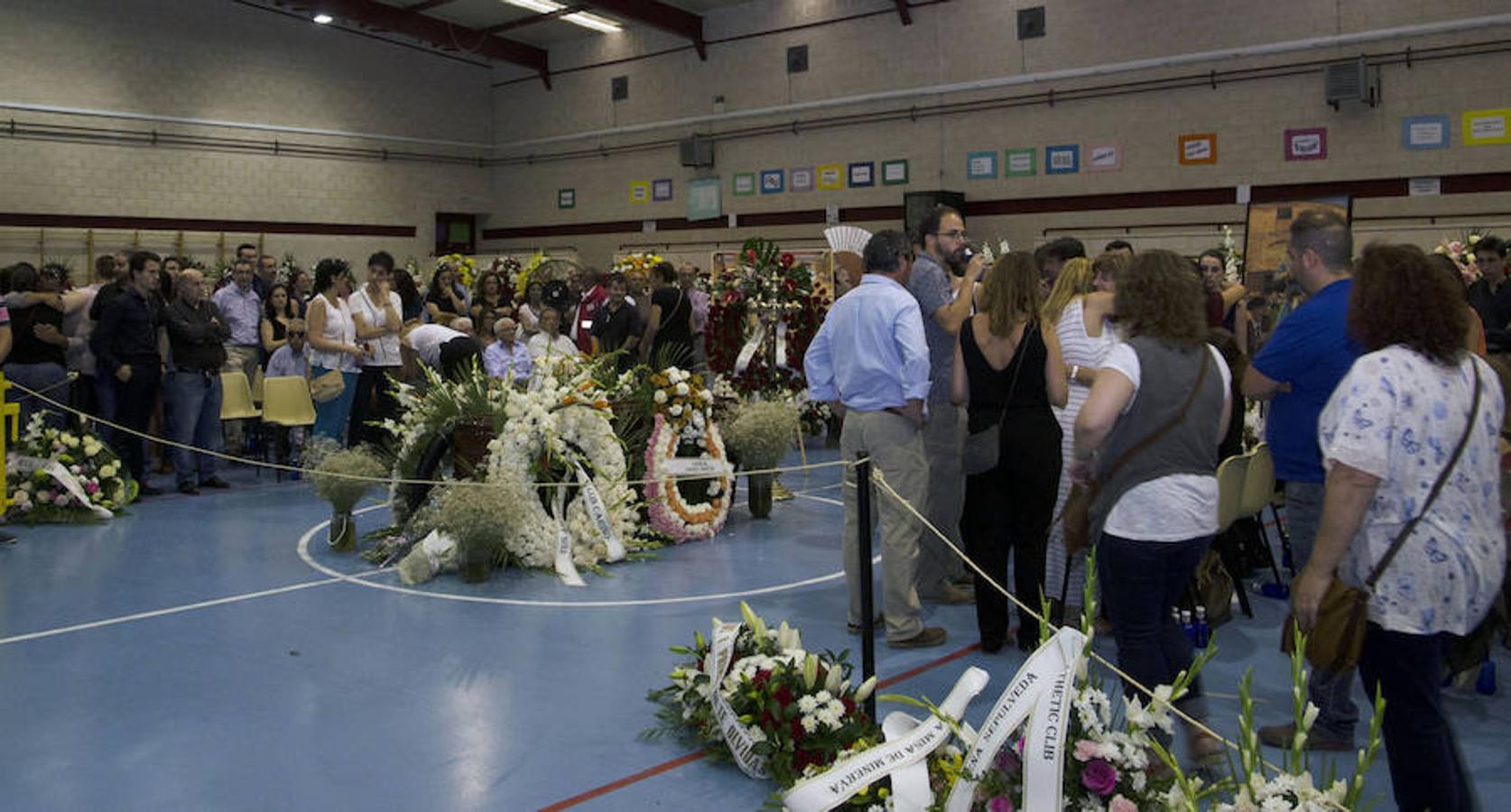 Familiares, vecinos y personas vinculadas al mundo del toro pasaron la pasada noche por la capilla ardiente con los restos mortales de Víctor Barrio
