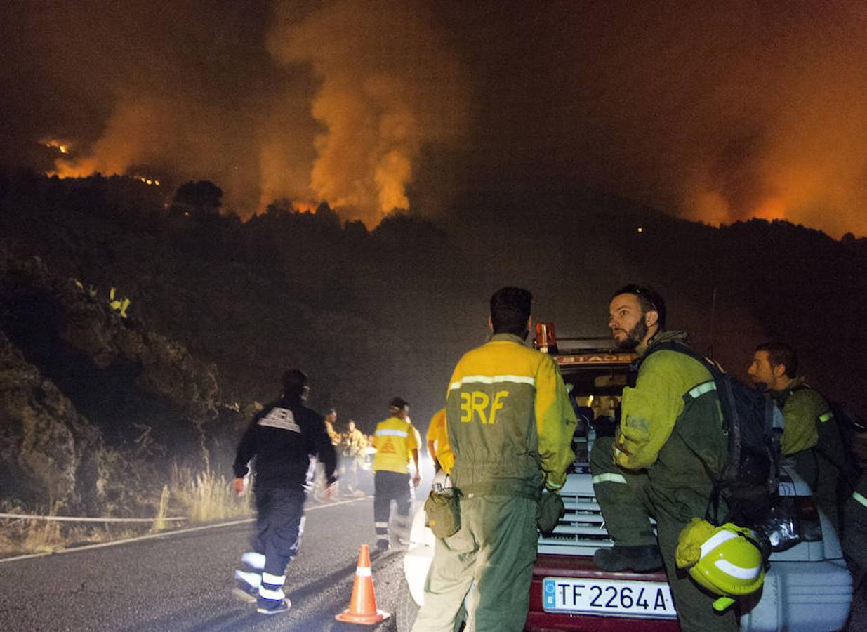 Este jueves, en la zona de La Mancha se encontró el coche de una persona calcinado. Posteriormente, se detectó el cuerpo sin vida de un operario contra el fuego del Cabildo de La Palma.