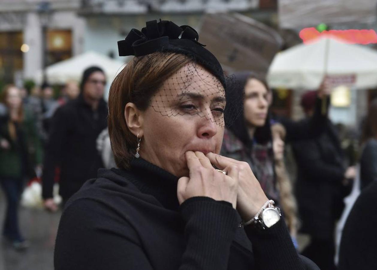 Miles de mujeres vestidas de negro protestaron en Polonia contra una nueva ley que prevé prohibir el aborto e imponer penas de cárcel a quienes lo practiquen, en una jornada denominada «Lunes Negro».