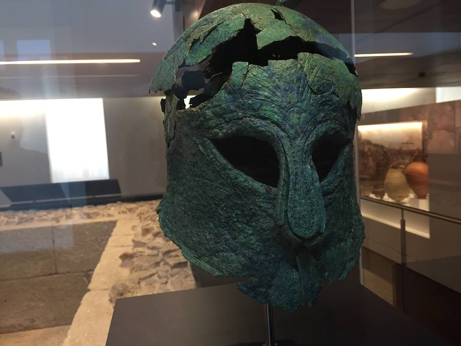 Casco de guerrero griego hallado en una tumba fenicia, excavada en 2012