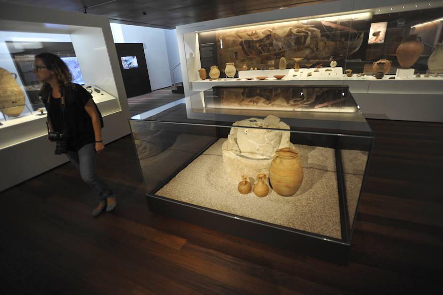 La tumba pozo con el alabastrón que contiene las cenizas en el centro, un caso único en el mundo fenicio