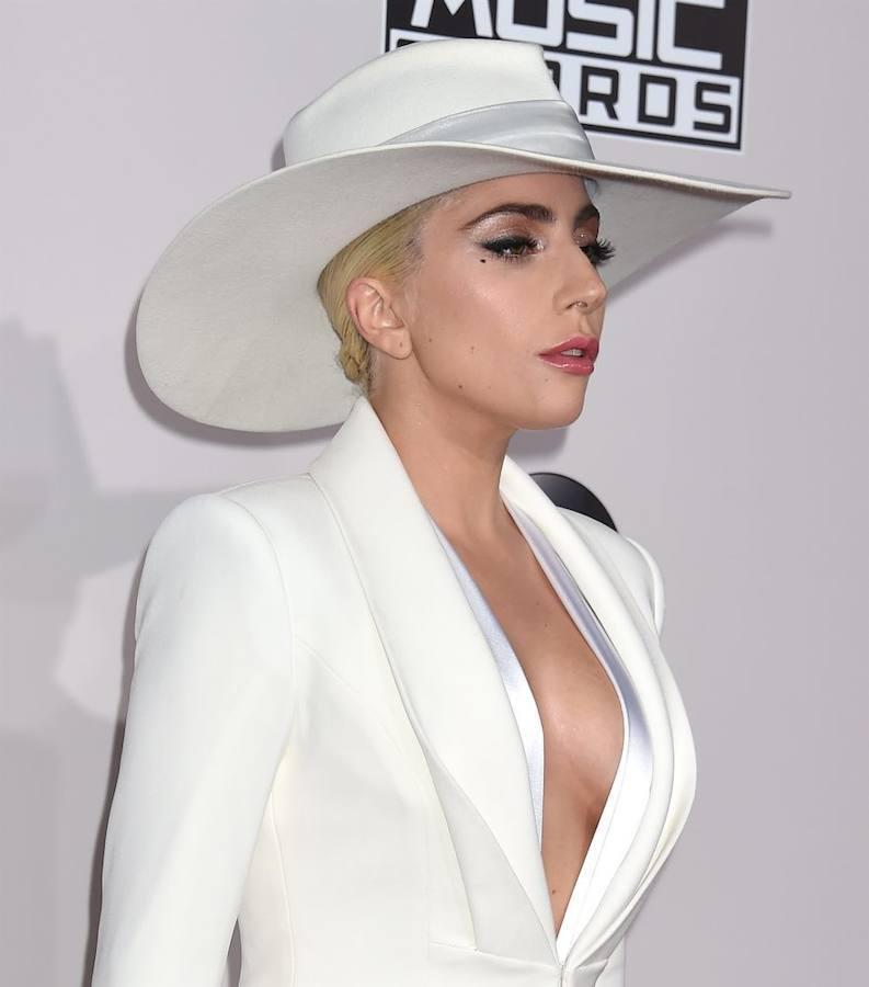 Lady Gaga, espectacular, en la alfombra roja de los AMAs