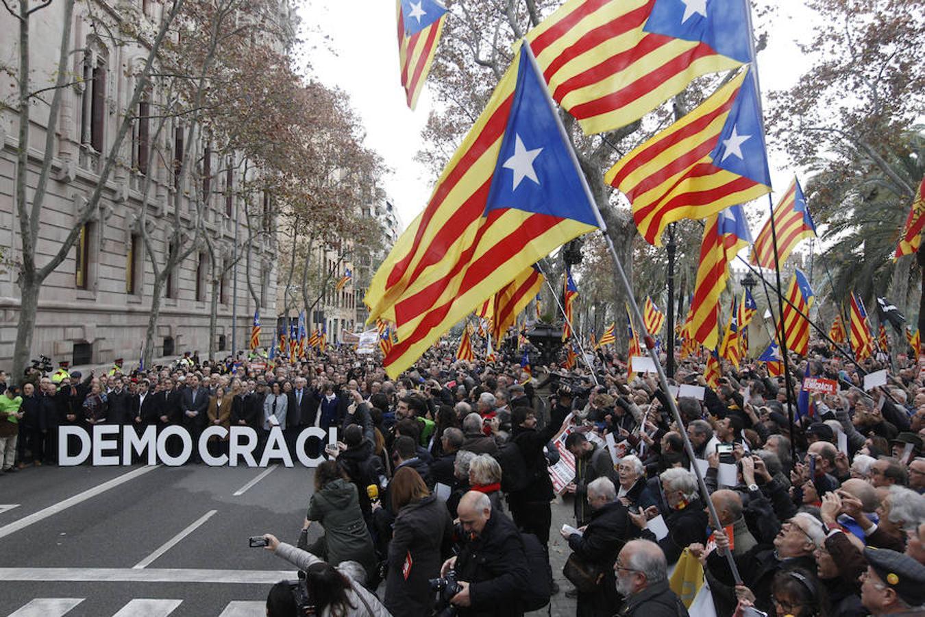 Ciudadanos independentistas han acudido con banderas a apoyar a Forcadell antes de su declaración ante el TSJC