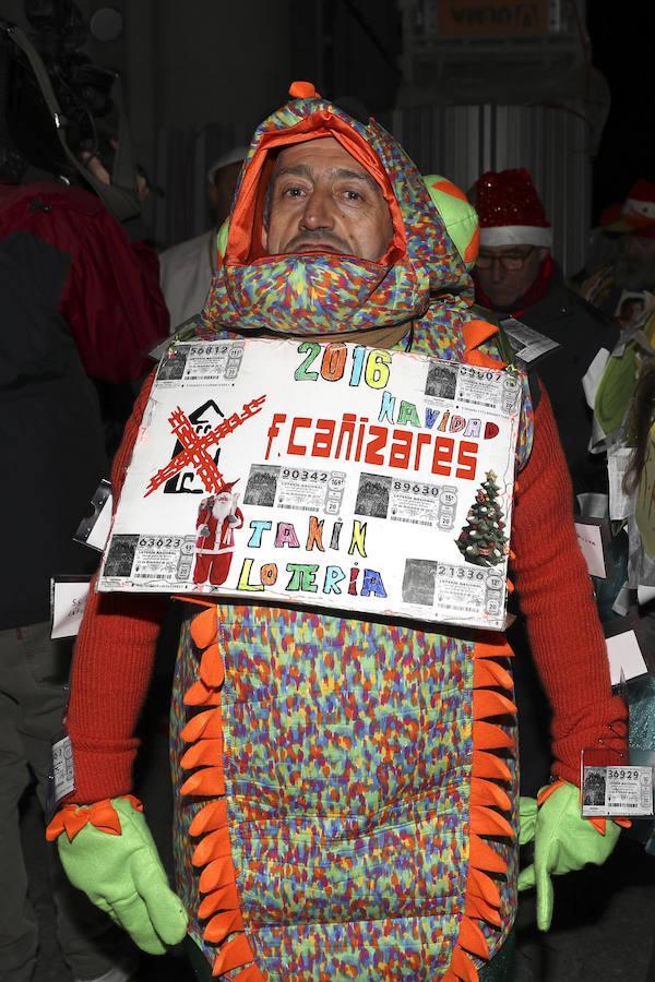 El Teatro Real acoge El Sorteo Extraordinario de Navidad, en el que aficionados, curiosos y personajes de lo más variopinto ataviados con disfraces hacen cola desde la madrugada para vivir en directo el ritual de los números y los premios cantados por los niños de San Ildefonso