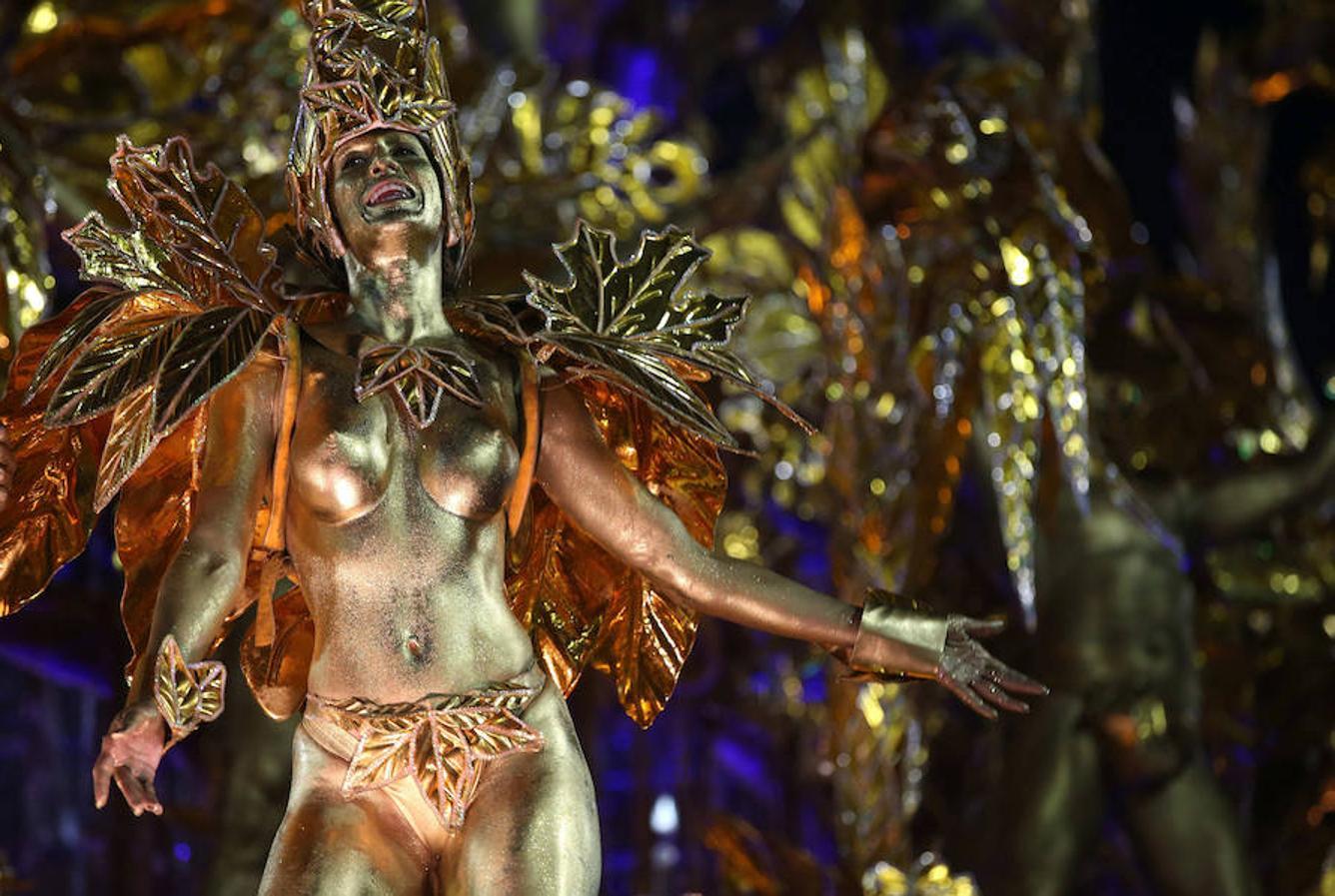 Integrantes de la escuela de samba del Grupo Especial Portela participan en un desfile del Carnaval de Río