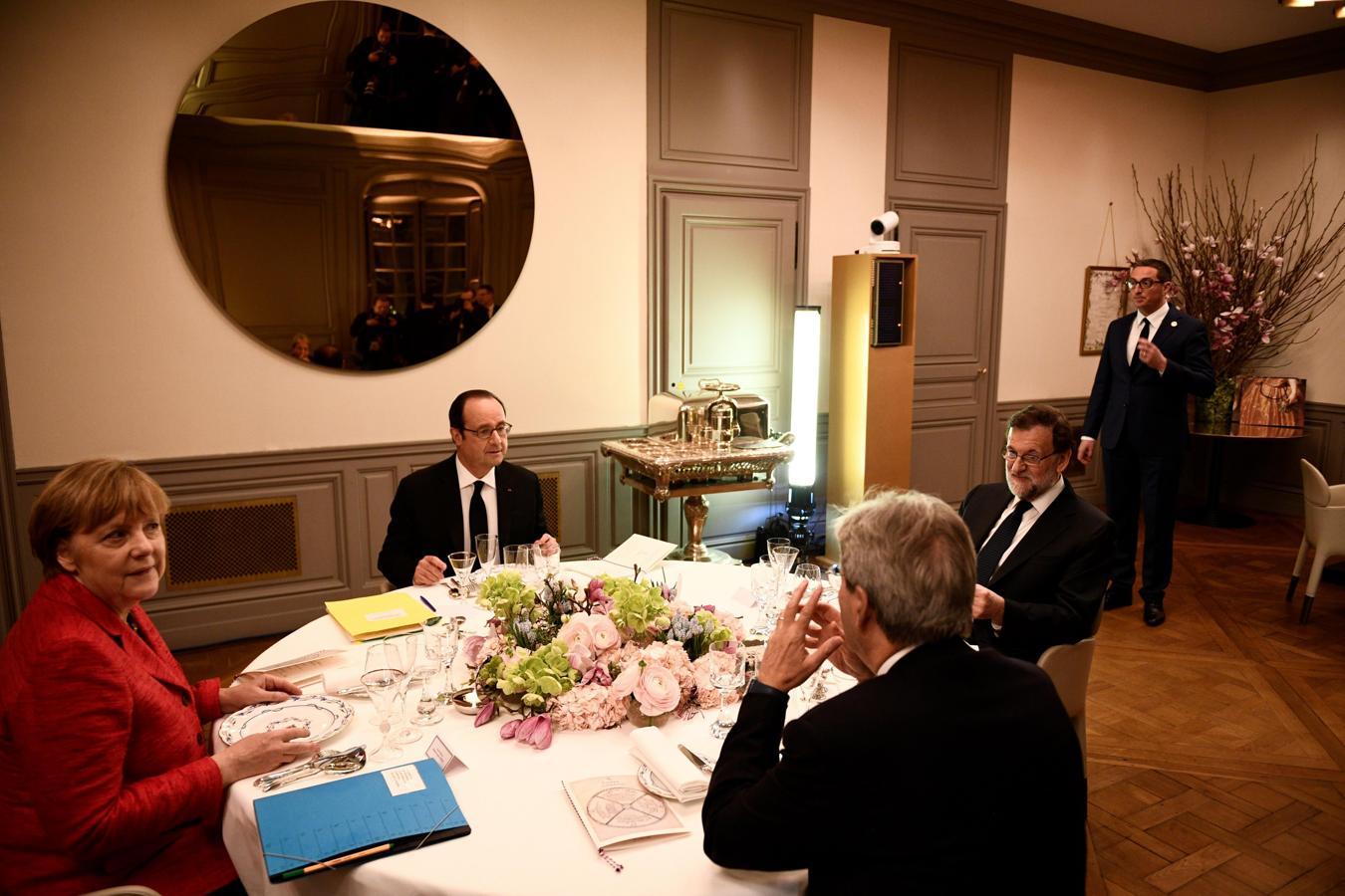 La canciller alemana, Angela Merkel; el presidente de Francia, François Hollande (fondo); el presidente del Gobierno, Mariano Rajoy (d), y el primer ministro italiano, Paolo Gentiloni (primer término)
