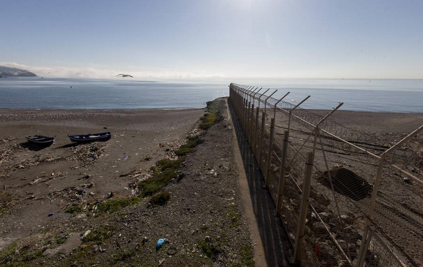 Playa del Tarajal, espigón donde fallecieron 14 subsaharianos en febrero de 2014