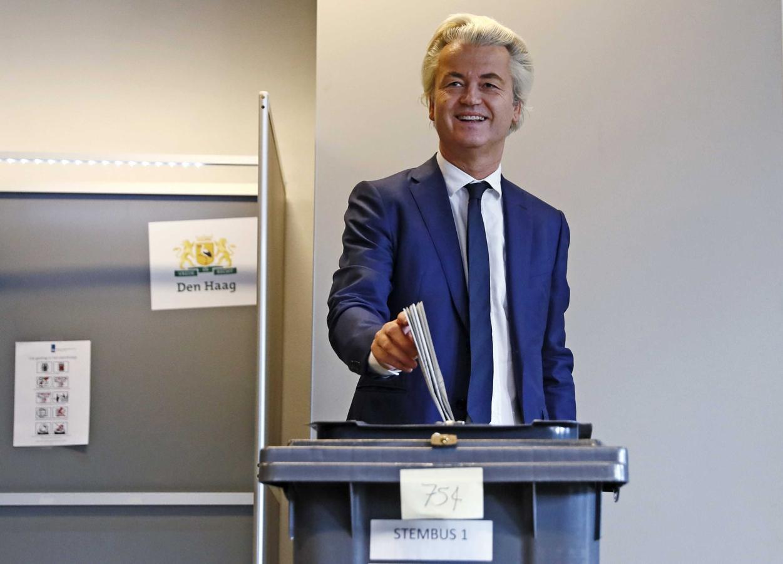 El líder del ultraderechista Partido de la Libertad, Geert Wilders, deposita su voto para las elecciones parlamentarias