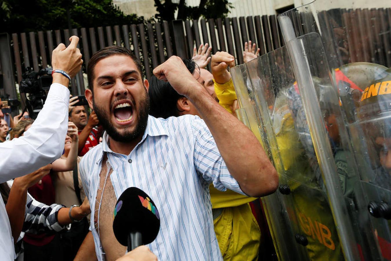 El también diputado de la oposición venezolana Juan Requesens durante la protesta. Decenas de dirigentes opositores en Venezuela han rechazado este jueves la sentencia que publicó el miércoles el Tribunal Supremo, en la que decidió asumir las competencias de la Asamblea Nacional; un dictamen que el antichavismo ha ponderado como un «golpe de Estado» contra el Legislativo.