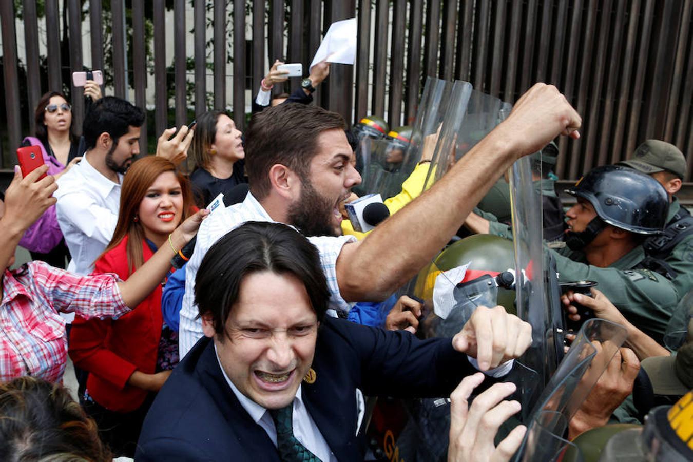 Diputados opositores de la Mesa de Unidad Democrática (MUD) se manifiestan frente al Tribunal Supremo.