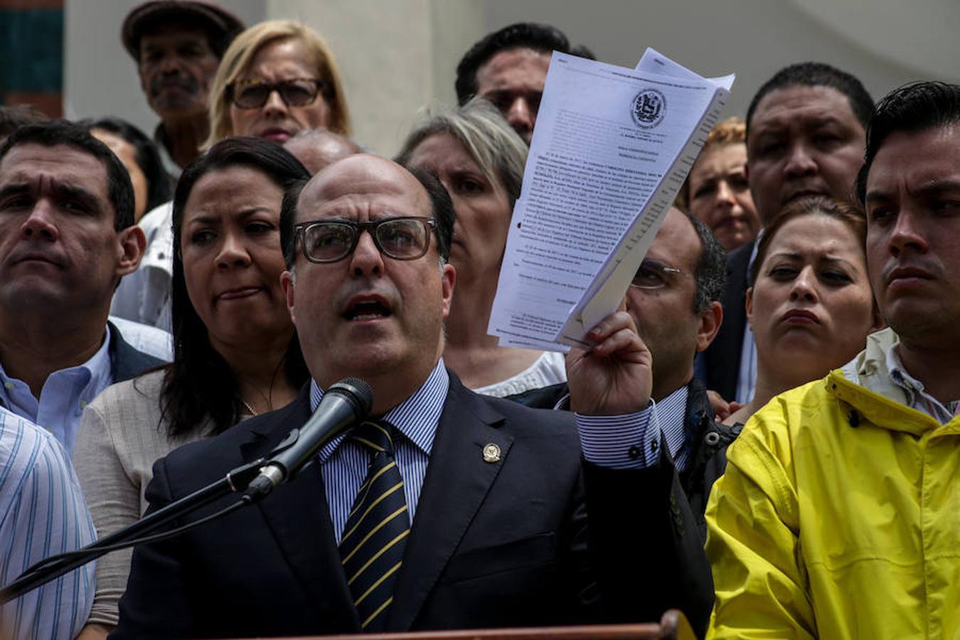 El presidente de la Asamblea Nacional de Venezuela, el opositor Julio Borges, habla durante una rueda de prensa, desde el Palacio Legislativo.