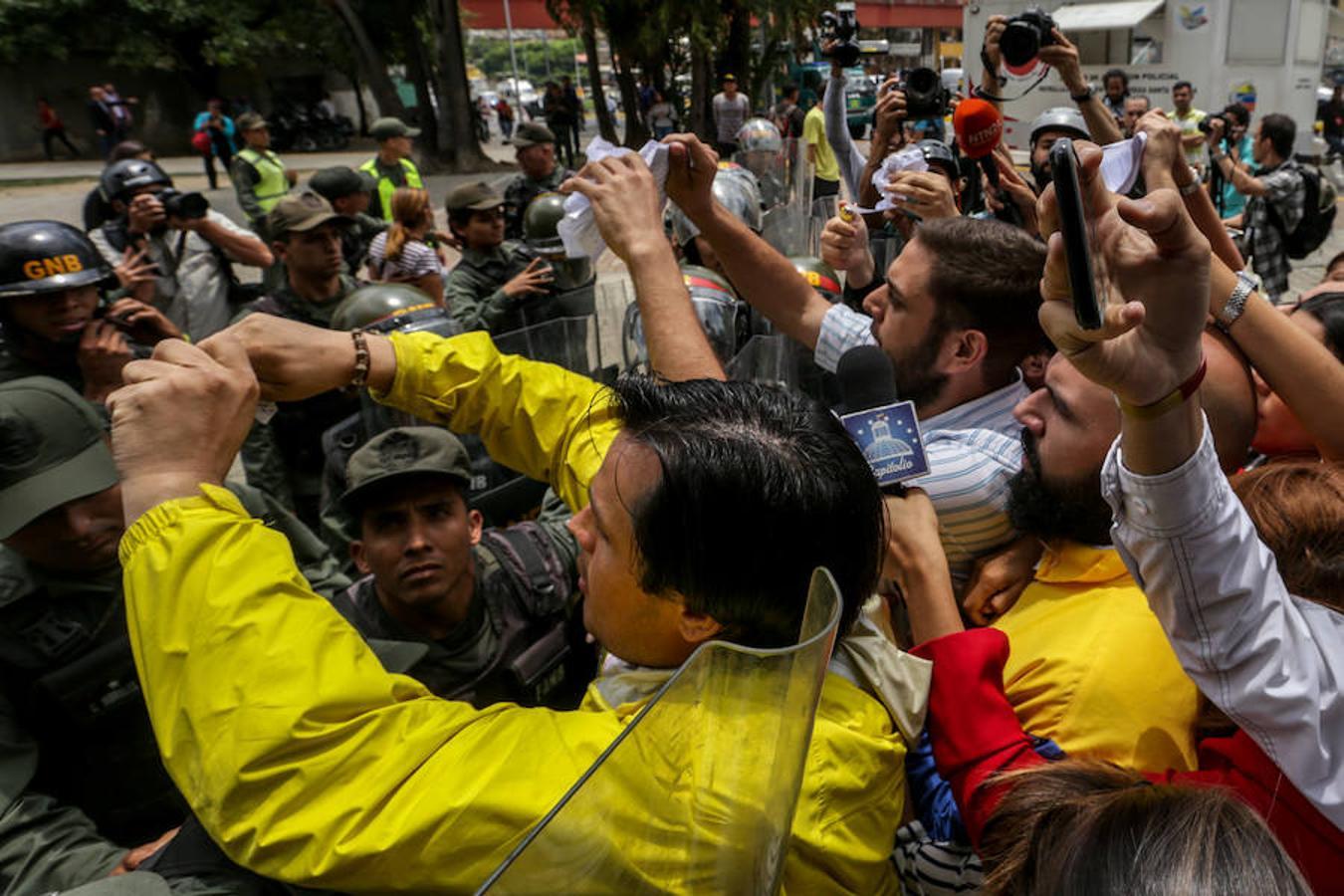 Soldados de la Guardia Nacional impiden el paso de un grupo de diputados que protestan en la sede del Tribunal Supremo de Justicia.