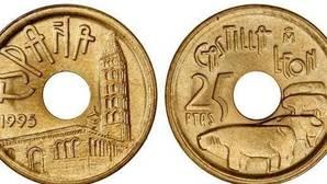 25 Pesetas 1995. Se trata de la mítica moneda de «cinco duros» con un agujero en su centro, dedicada cada año a una Comunidad Autónoma. Los coleccionistas pagan por ella unos 100 euros en la actualidad