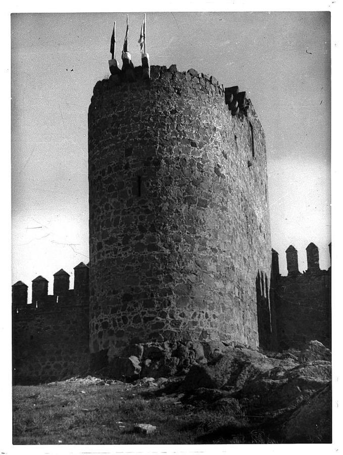 Banderas en el torreón del homenaje del castillo de San Servando, en julio de 1949. FOTO ARCHIVO ANTONIO PAREJA
