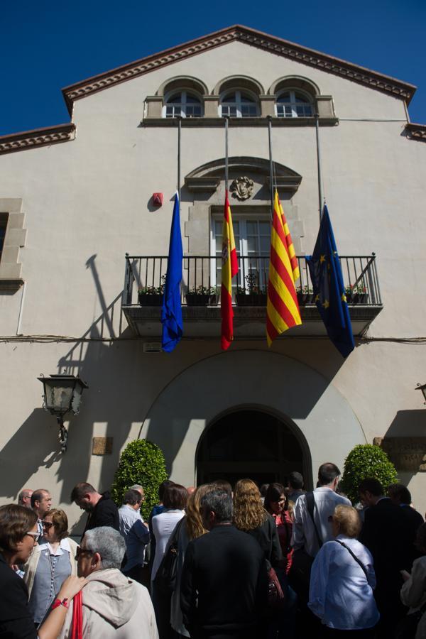 Un grupo de personas acude a la despedida de Carme Chacón en el Ayuntamiento de Esplugues de Llobregat