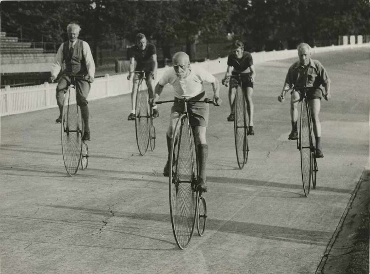 Londres, septiembre de 1935. En una carrera ciclista celebrada recientemente, tomó parte y realizó una lucida actuación, el equipo que capitaneaba el famoso deportista Hill de setenta y ocho años. No eran mucho más jóvenes sus compañeros de equipo, ni tampoco las bicicletas que utilizaron