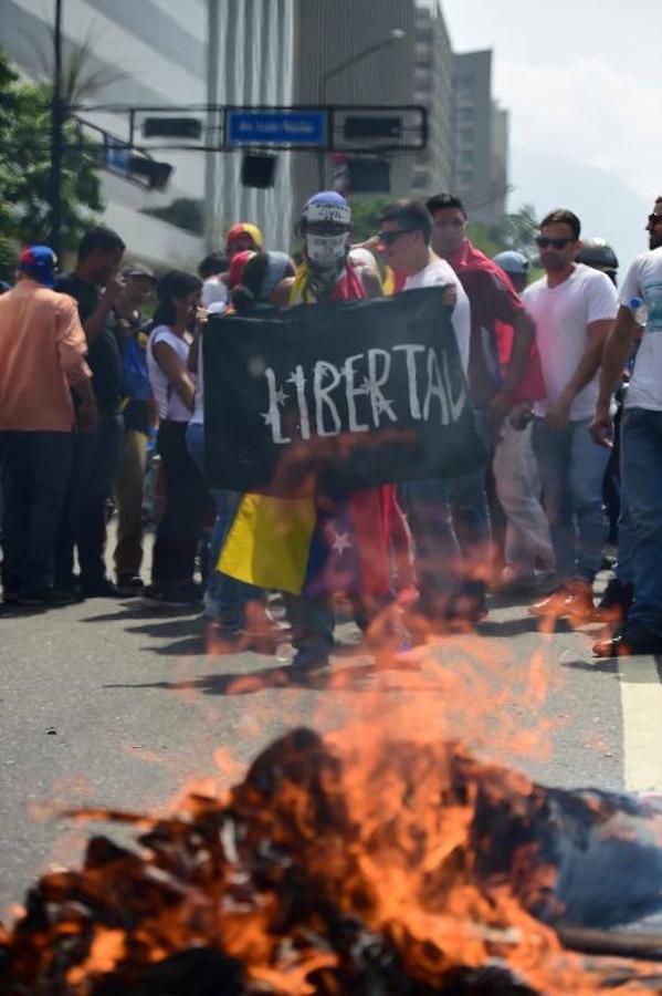 Manifestantes queman una efigie del presidente Nicolás Maduro durante una protesta en el lado este de Caracas el 19 de abril de 2017. Venezuela