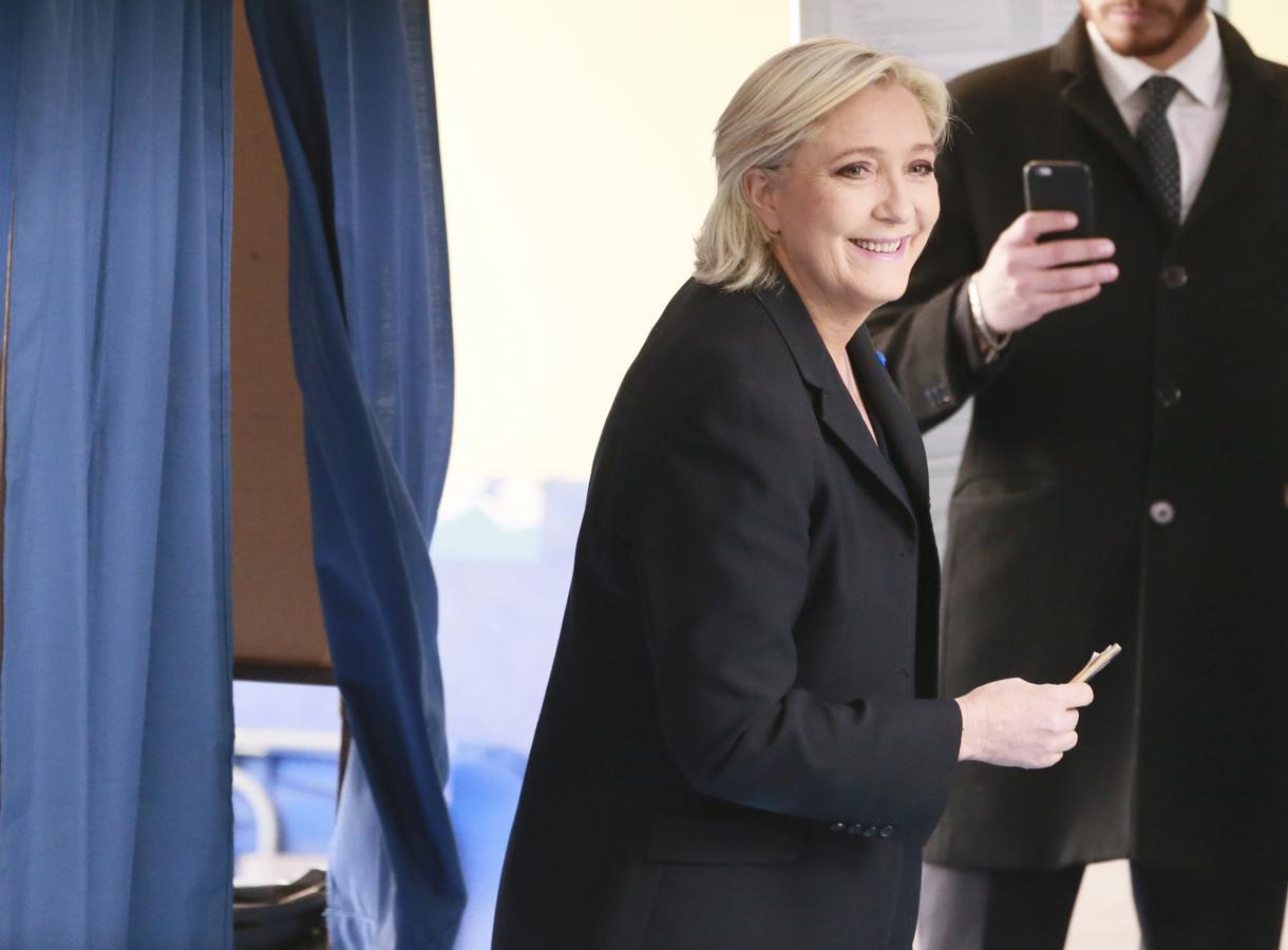 Marine Le Pen, candidata por el Frente Nacional (FN), vota en Henin-Beaumont  (EFE)