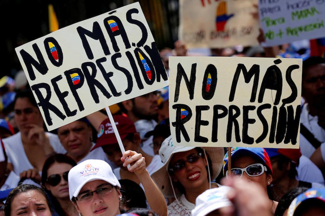 Miles de mujeres (entre ellas varias políticas de la oposición) han marchado este sábado contra el gobierno de Maduro
