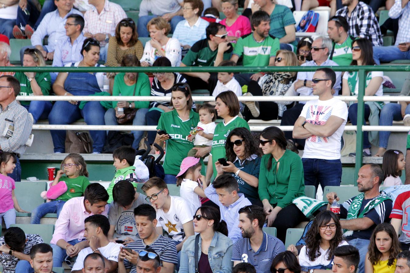 Las mujeres que vistieron de verde entraron gratis al partido con motivo del Día de la Madre