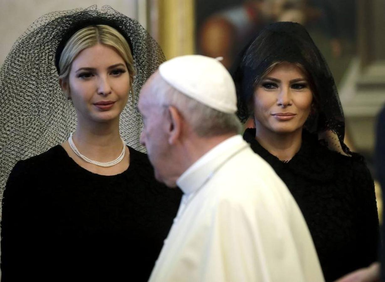 Mujer de Trump y su hija miran con admiración al Papa