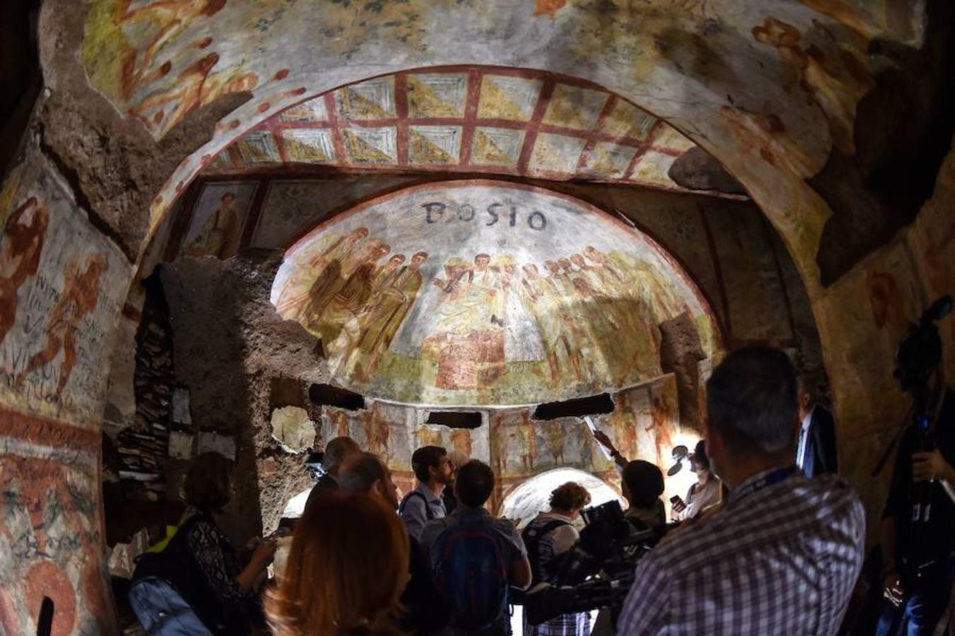 En los 14 kilómetros de pasillos que forman las inmensas catacumbas de Santa Domitila, las más extensas de Roma, se encuentra la historia de la pintura funeraria de los primeros cristianos, desde sus orígenes hasta los siglos IV y V, cuando dejaron de ser perseguidos por el emperador Constantino