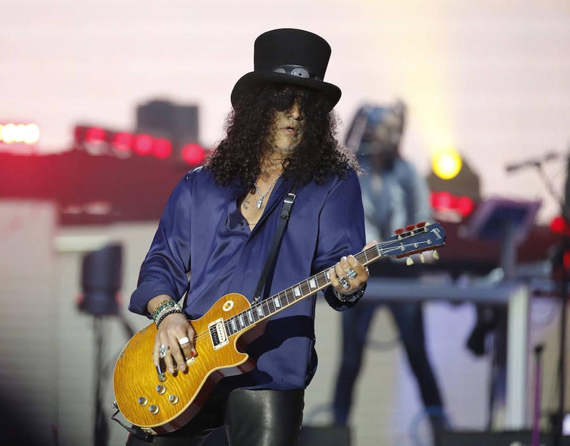 El guitarrista del grupo Guns N' Roses, Slash, durante el concierto.