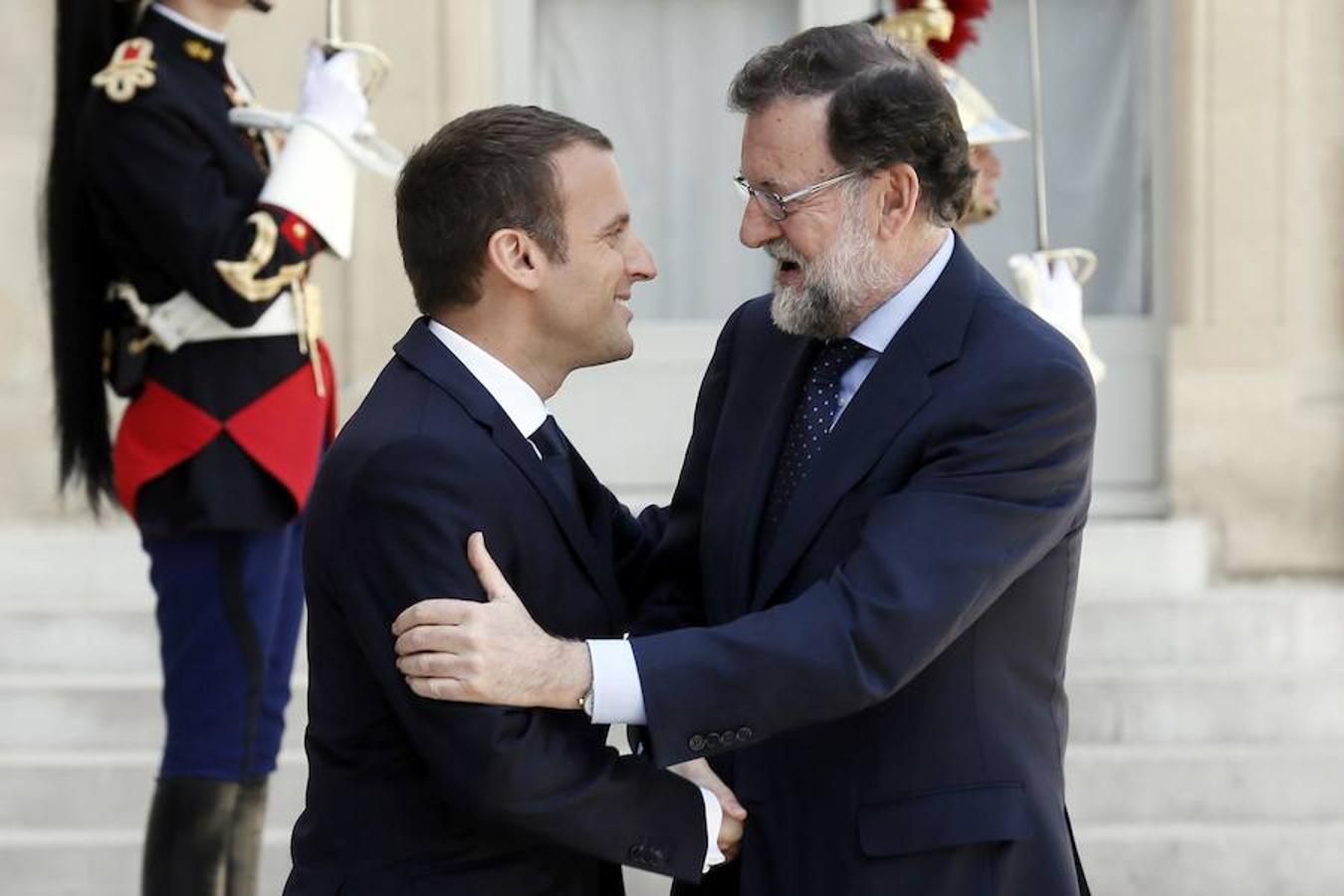 Mariano Rajoy y Emmanuel Macron se saludan a las puertas del Elíseo