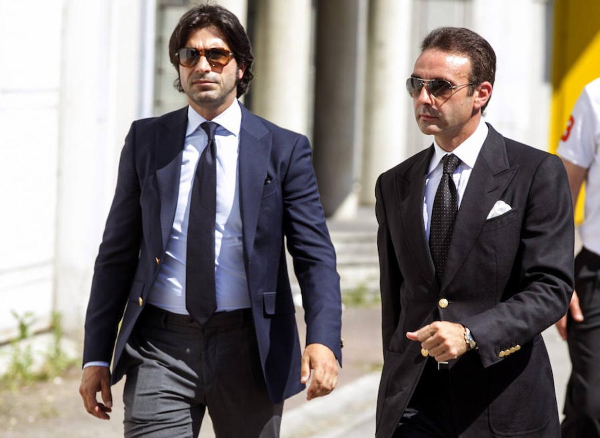 Enrique Ponce (derecha) y Javier Conde (izquierda) se dirigen al tanatorio