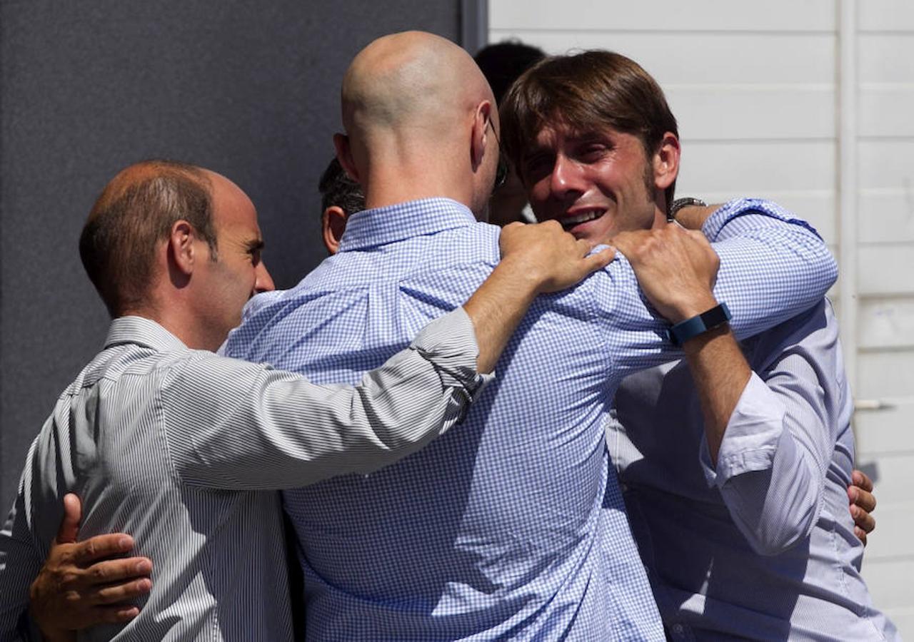 Amigos del torero y miembros de su cuadrilla se abrazan a las puertas del tanatorio