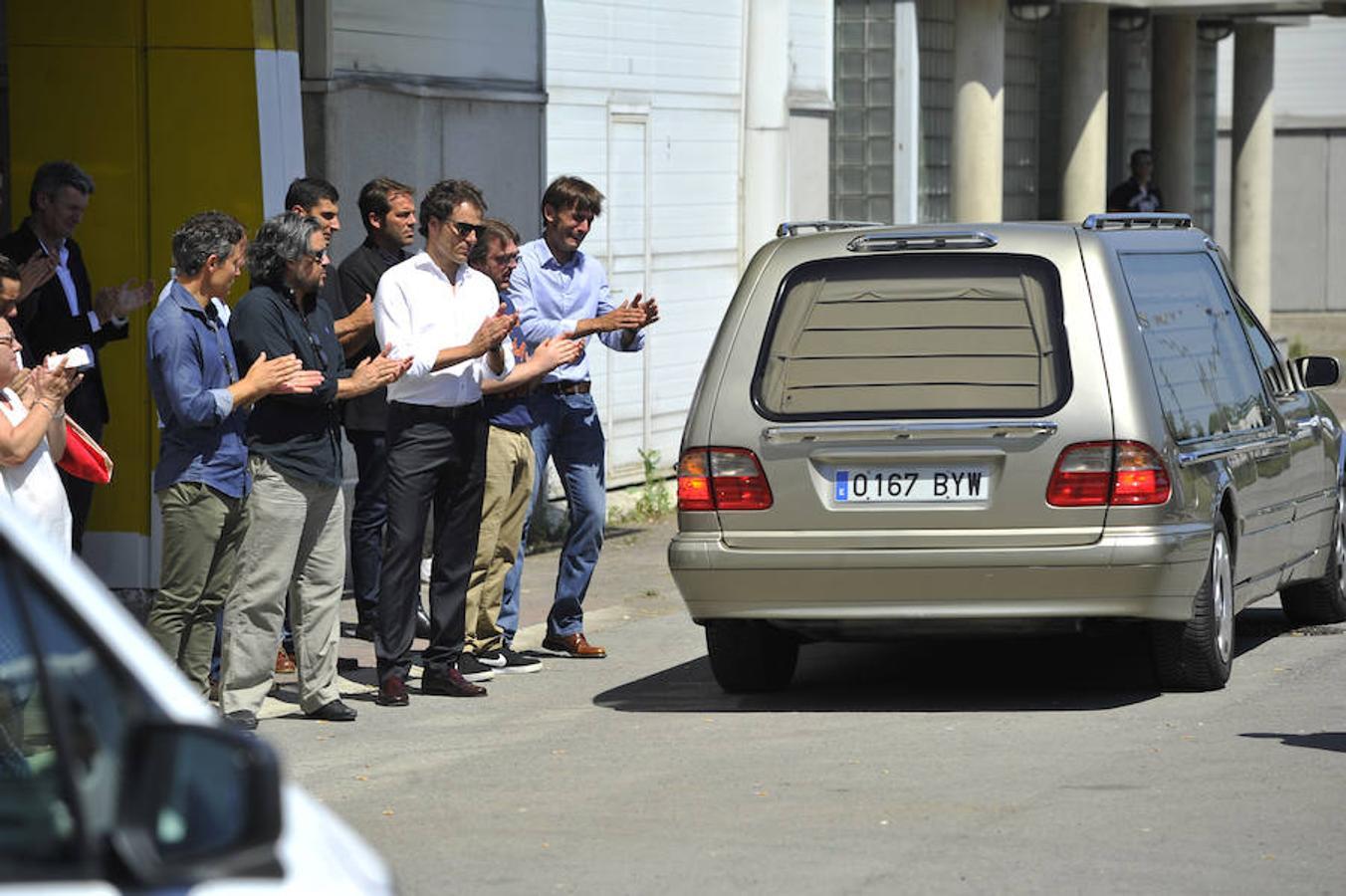 Amigos y compañeros de Iván Fandiño reciben con una ovación el coche fúnebre