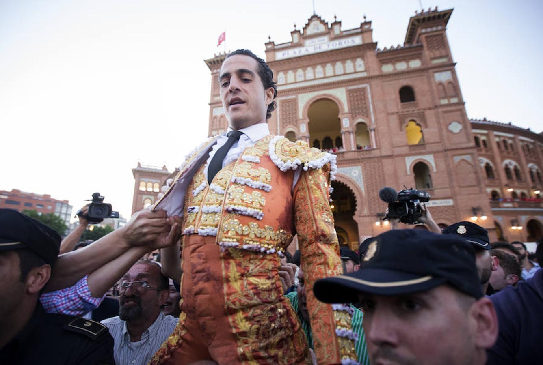 Fandiño abandona a hombros la plaza de toros de Las Ventas en 2014