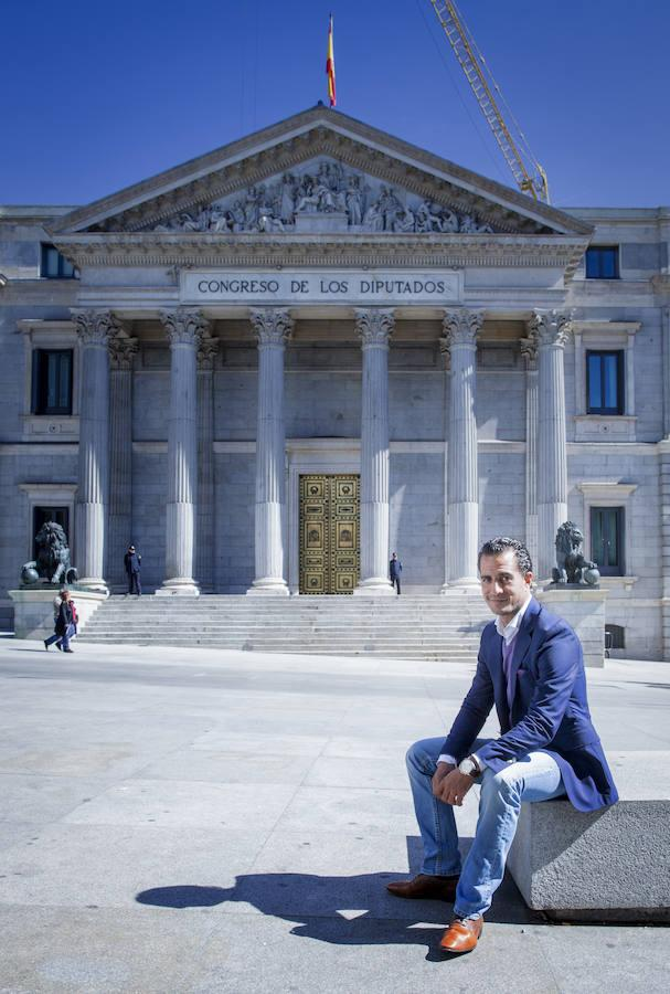 Iván Fandiño, frente al Congreso de los Diputados en una fotografía tomada en 2014