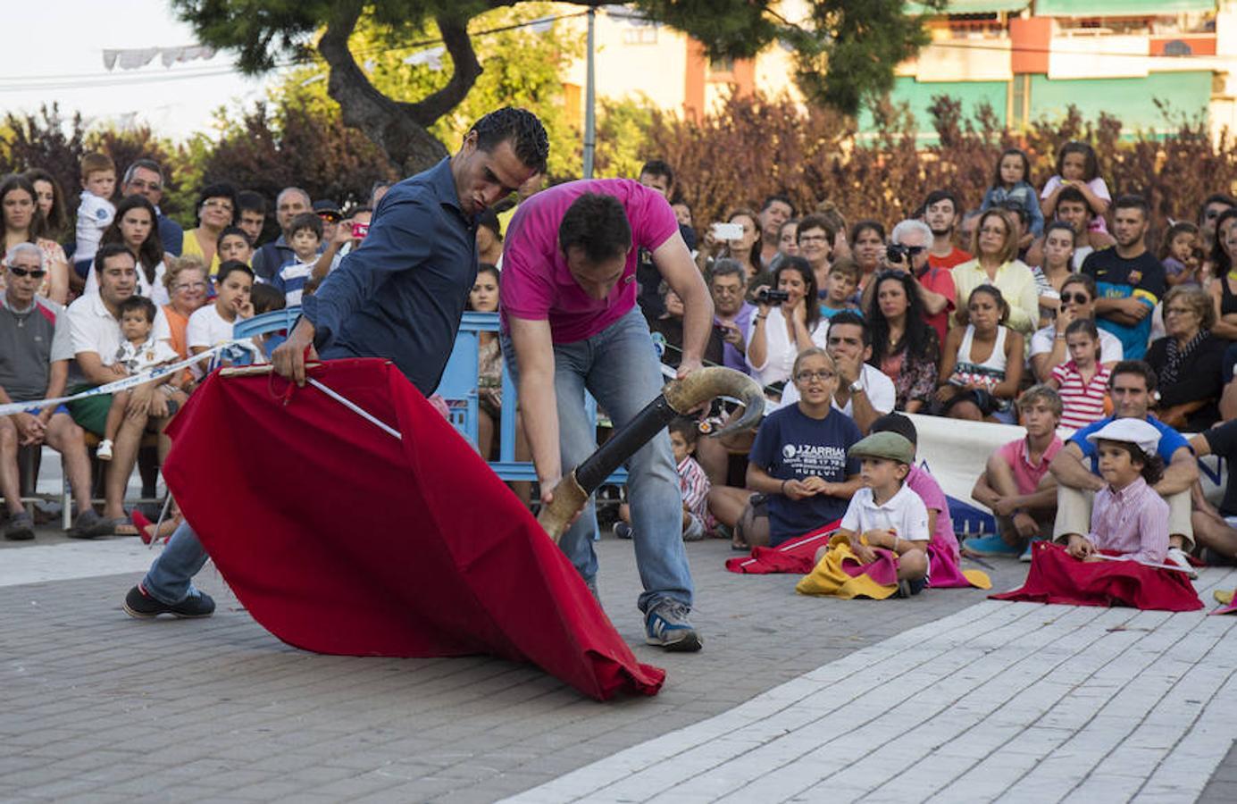 Iván Fandiño, en Punta Umbría (Huelva), enseña técnica del toreo a unos jóvenes aficionados