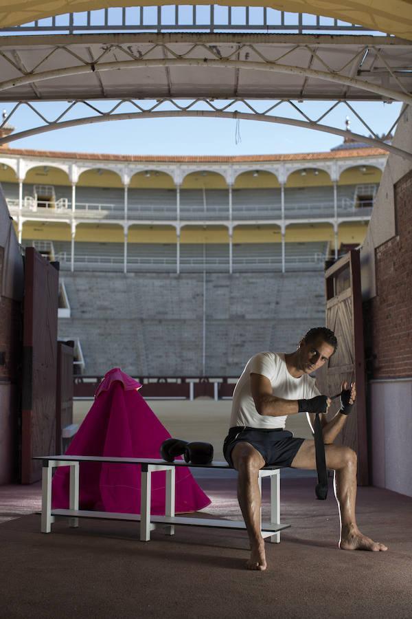 Iván Fandiño se venda las manos como un boxeador en el callejón de la plaza de toros de Las Ventas