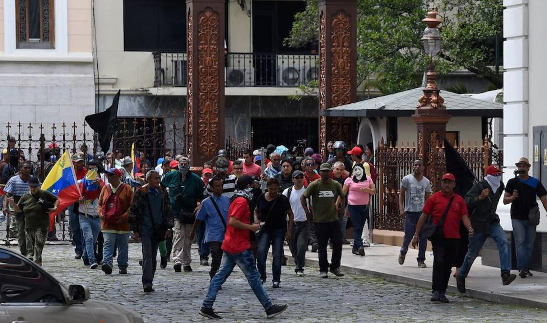 Los simpatizantes del Gobierno de Maduro lanzaron varios cohetes pirotécnicos en los alrededores de la cámara
