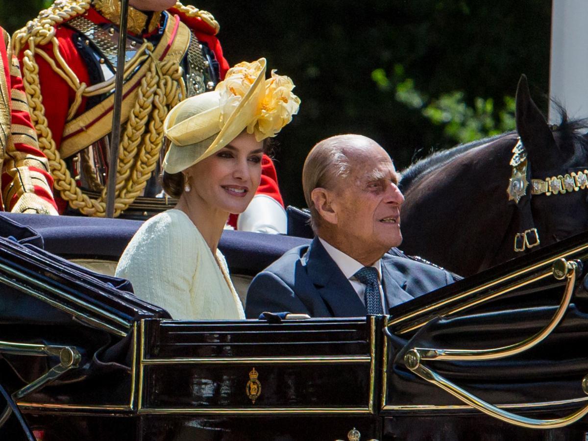 La Reina Letizia luce un tocado con detalles florales en amarillo limón de María Nieto