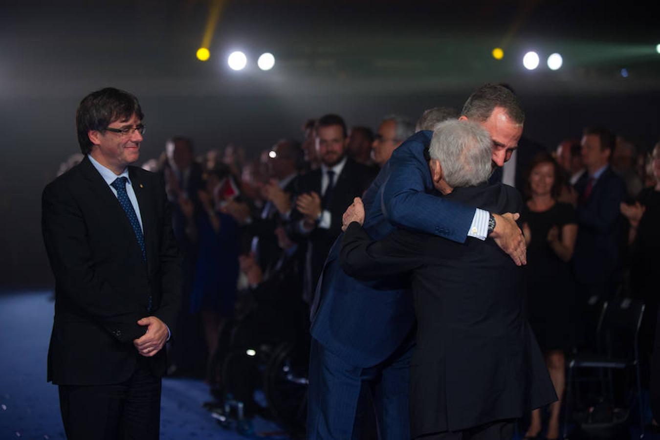 El abrazo entre Felipe VI y Josep Luis Vilaseca, Secretario de Deportes de la Generalitat en 1992