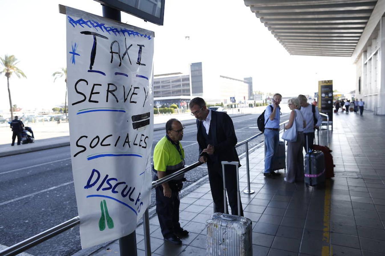Ciudadanos en Barcelona esperan, sin éxito, un taxi a la salida del aeropuerto