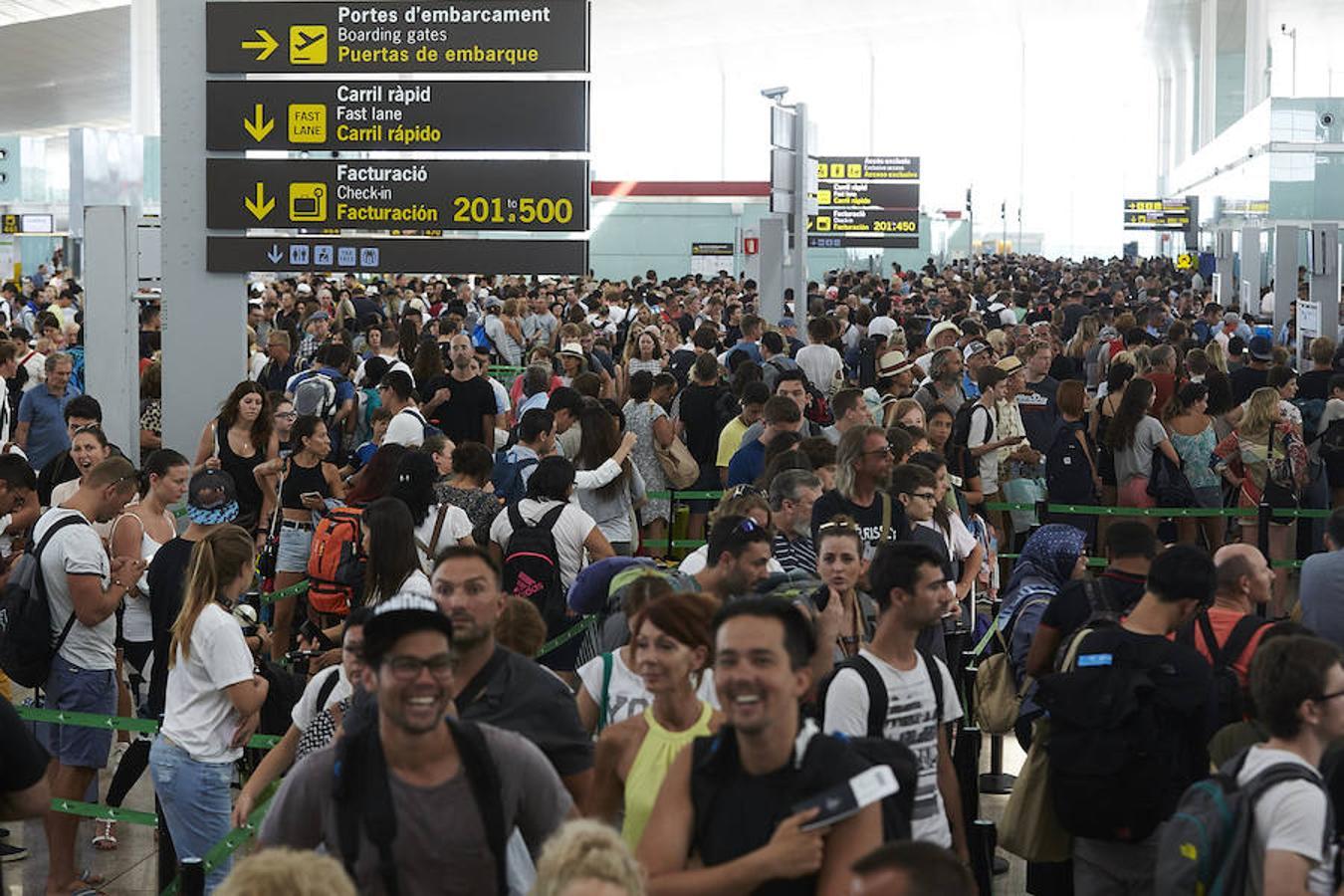 Las colas para acceder al control de seguridad del Aeropuerto de Barcelona-El Prat superan la hora de duración, debido a los paros que llevan a cabo los trabajadores de Eulen, la empresa que gestiona este servicio